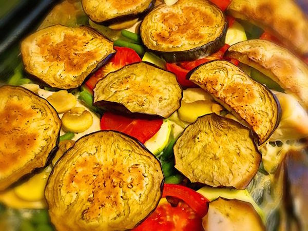 Филе курицы, запечённое с кабачками, помидорами и шампиньонами