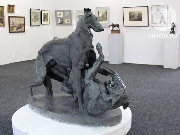 Следы от пуль на скульптуре «Две играющие борзые собаки» в музее изобразительных искусств